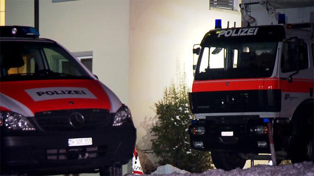 Zwei Polizeiautos in der Nacht.
