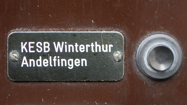 Die Türglocke mit Namensschild der KESB Winterthur Andelfingen