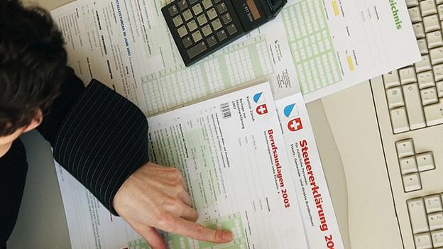 Mann füllt Steuererklärung aus
