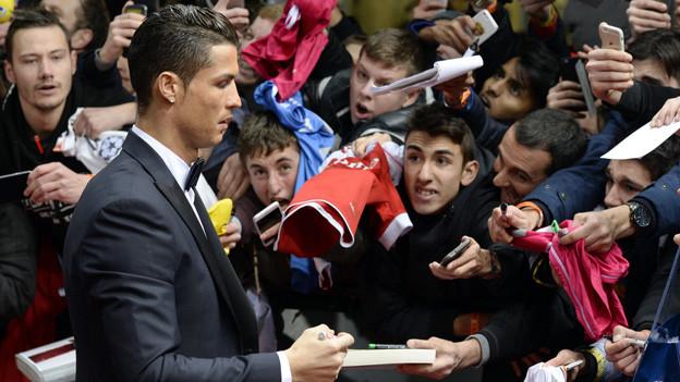Cristiano Ronaldo erfüllt Autogrammwünsche auf dem roten Teppich der FIFA-Gala in Zürich.