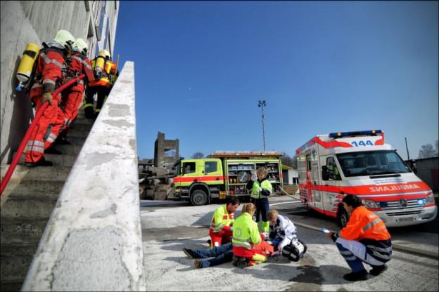 Feuerwehr und Sanität in einer Schulung.