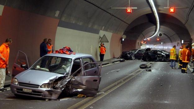 Mehr Sicherheit nötig: Unfall mit vier Verletzten im Fäsenstaubtunnel im Oktober 2004.