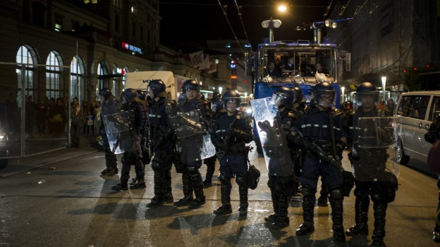 Polizisten im Einsatz bei einer «Tanz-dich-frei»-Demo vor dem Bahnhof Winterthur.
