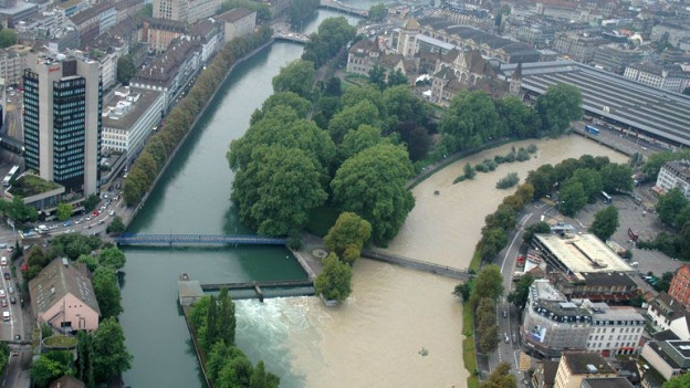 Bild des Hochwassers 2007 - die Sihl tritt über die Ufer.