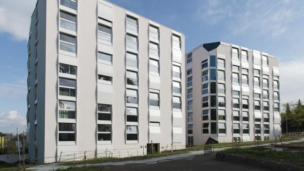 moderne Wohnblöcke mit vielen Fenstern