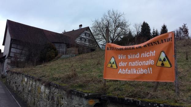 Ein Plakat mit der Aufrschrift: Wir sind nicht der nationale Abfallkübel: Kein Endlager im Weinland