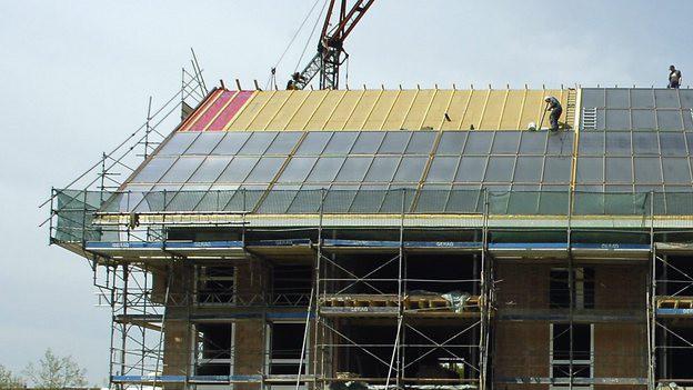 Solaranlagen auf dem Dach eines Neubaus