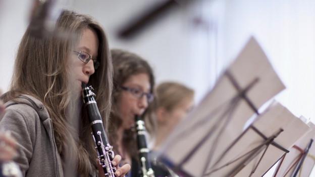 Kinder beim Klarinetten-Spielen.