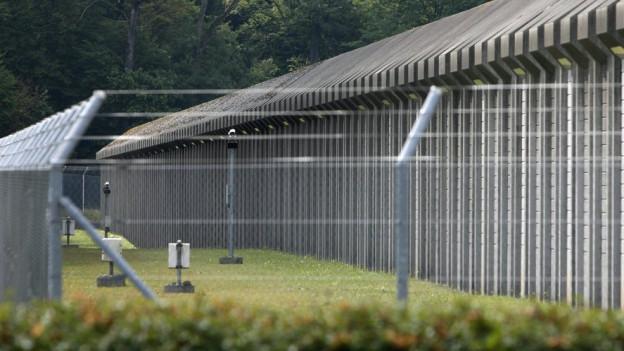 Gefängnisumzäunung von Aussen betrachtet