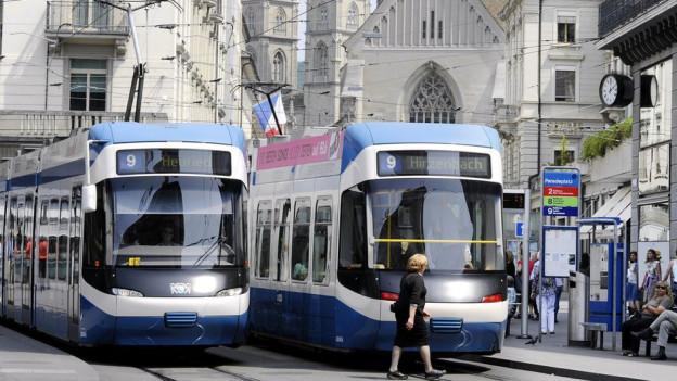 Cobra-Trams beim Paradeplatz.
