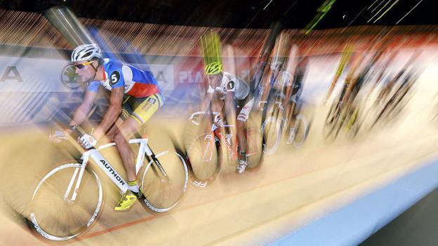 Radfahrer auf der Bahn der Zürcher Sixday Nights im Hallenstadion.