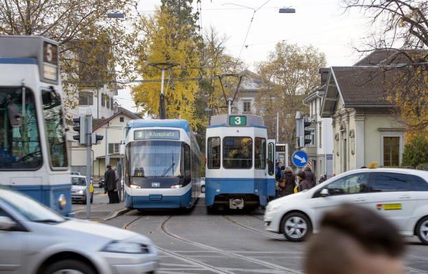 Ein Tram der Stadt Zürich auf Fahrt.