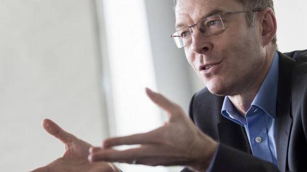Daniel Leupi erläutert gestenreich die Rechnung der Stadt Zürich