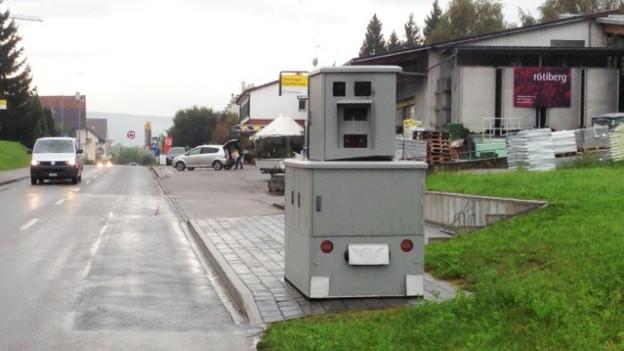 Der Radarkasten an einer Strasse