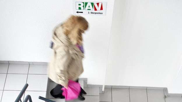 Eine Frau läuft in einem RAV eine Treppe runter.