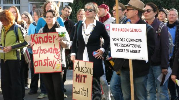 Zürcher Hortangestellte protestieren vor dem Schulamt.