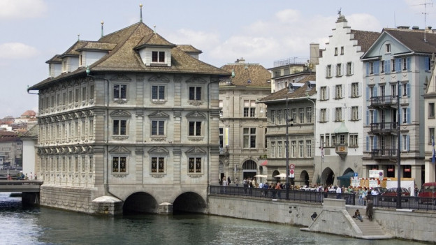 Das Zürcher Rathaus, von der Münsterbrücke aus gesehen.