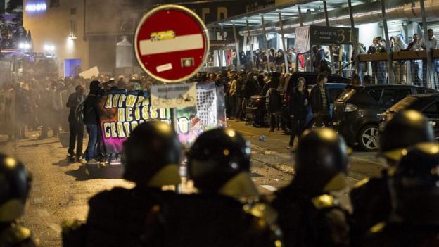 Die Polizei kesselt in Winterthur Teilnehmer der Tanzdemo ein.