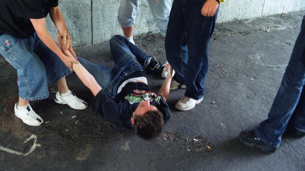 Gewalt unter Jugendlichen (gestellte Aufnahme)