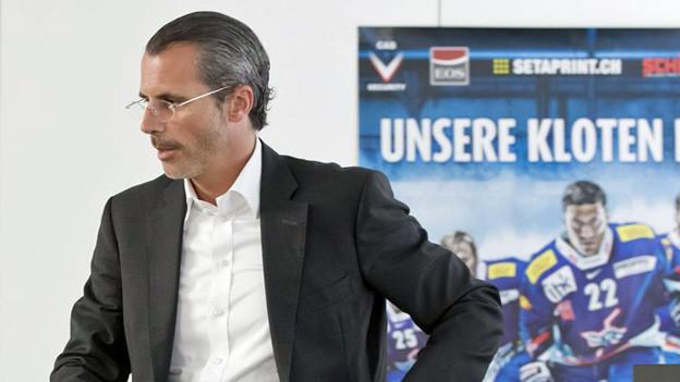 Philippe Gaydoul beim Verlassen einer Medienkonferenz der Kloten-Flyers