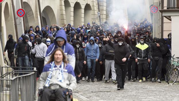 Vermummte FCZ-Fans nehmen die Berner Innenstadt vor dem Cupspiel 2014 in Beschlag.
