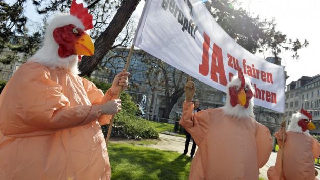 Demonstranten werben mit Plakat für Gebühren-Initiative