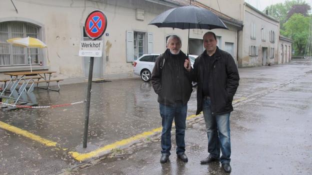 Niklaus Scherr (AL) und Mauro Tuena (SVP) unterm Regenschirm