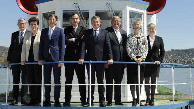 Die Zürcher Regierung posiert an Bord eines Schiffes