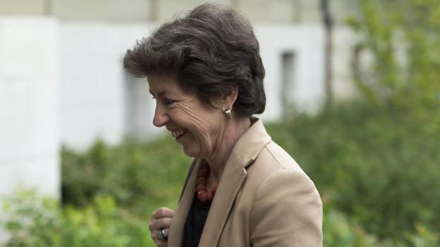 Eine Frau mit kurzen Haaren, die lächelt.
