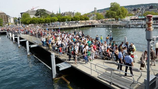 Eine lange Schlange mit Leuten, die aufs Zürichsee-Schiff wollen