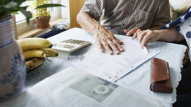 Eine Altersheimbewohnerin lässt sich in einer Finanzangelegenheit beraten.