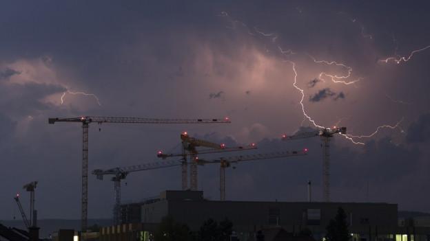 Blitze zucken am Nachthimmel über Zürich