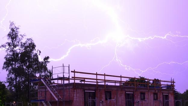 Feuerwerk am Himmel: Blitze über Zollikerberg