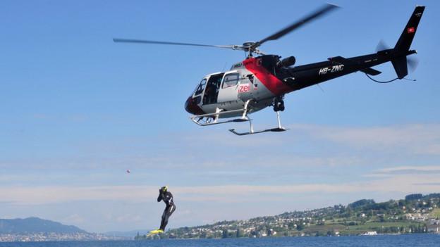 Polizeihelikopter über dem Zürichsee