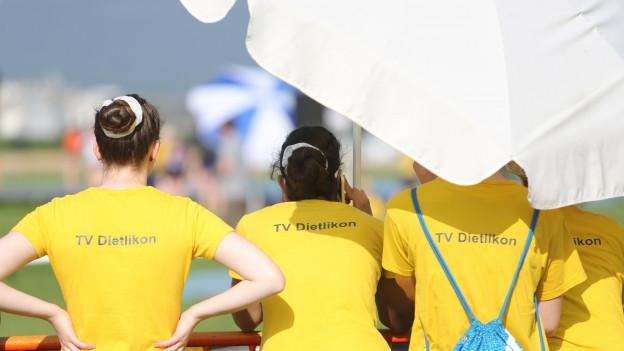 Turnerinnen mit Sonnenschirm.