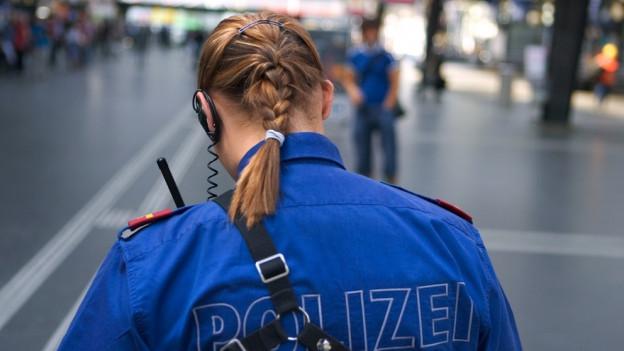 Eine Kantonspolizistin am Hauptbahnhof.