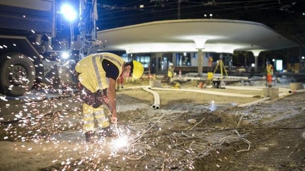 Ein Bauarbeiter nachts am Bellevue.