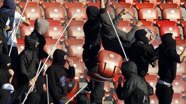 Ausschreitungen im Jahr 2011: Private Securityfirmen sollen Hooligans im Zaum halten.