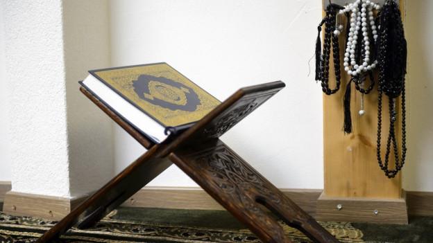 Ein Koran auf einer Art Gestell.