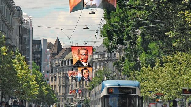 Fahnen mit historischen Persönlichkeiten über der Bahnhofstrasse
