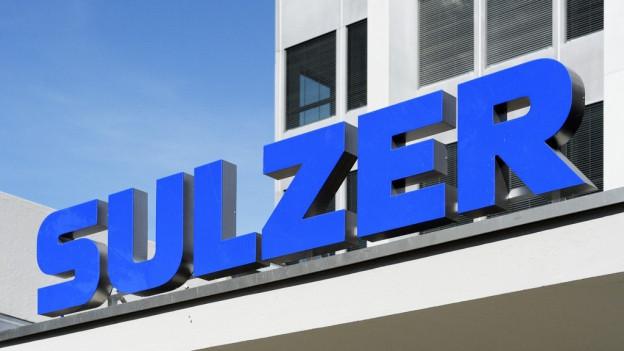 Das Firmenlogo «Sulzer» an einem Hochhaus.