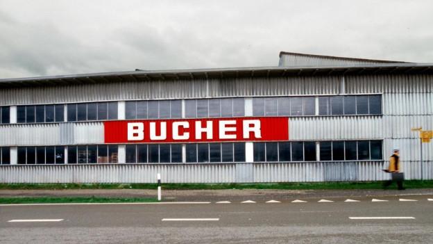 Ein Fabrikgebäude mit dem roten Firmenlogo Bucher.
