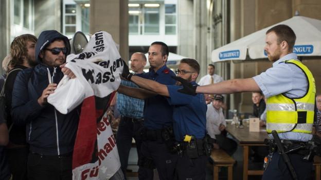 Die Polizei im Einsatz gegen die Linksextremen.