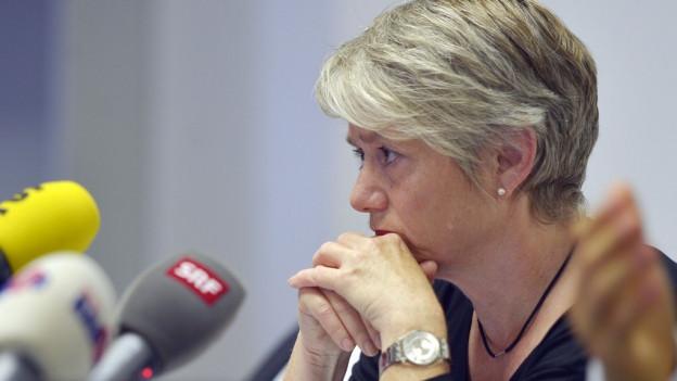 Eine nachdenkliche Jacqueline Fehr vor den Mikrofonen der Radiostationen