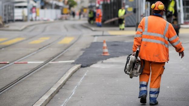 Ein Bauarbeiter auf dem Zürcher Albisriederplatz