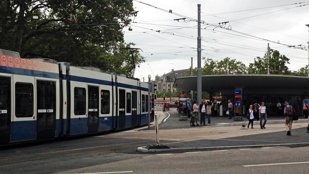 Tram fährt in die Bellevue-Haltestelle ein