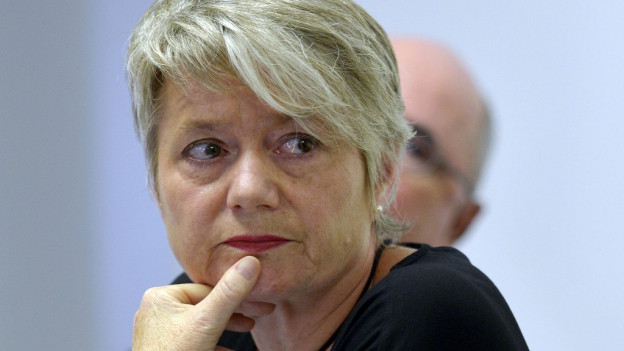 Zürcher Regierungsrätin Jacqueline Fehr schaut nachdenklich und ernst.