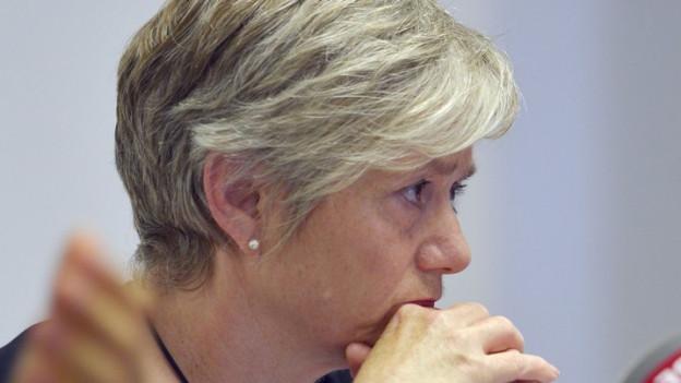 Regierungsrätin Jacqueline Fehr stützt Kopf in die Hände.