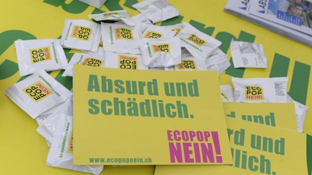 """Gelbe Flyer mit der Aufschrift """"Ecopop Nein!"""""""