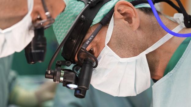 Zwei Ärzte bei eine komplizierten Eingriff am Herzen.